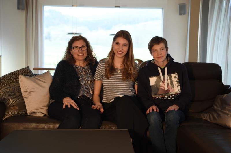 Familienzeit zusammen auf dem Sofa: Mutter Sonja, Miss BERN-OST Céline und ihr Bruder Joël Perret.