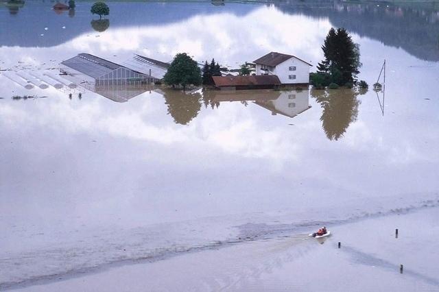 Beim «Jahrhunderthochwasser» war die Landschaft im Gürbetal kaum mehr wiederzuerkennen: der Belpmoos-See von 1999. (Bild: Archivbild / Comet)