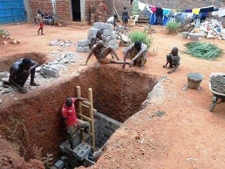 Auf der Suche nach Trinkwasser beim Waisenhaus in Bangui, Zentralafrikanische Republik