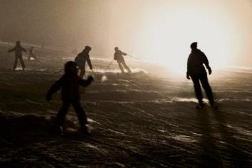 Während die Kinder die beleuchtete Piste in Beschlag nehmen, gönnen sich die Eltern im Skilift-Beizli einen Glühwein. (Bild: Iris Andermatt)
