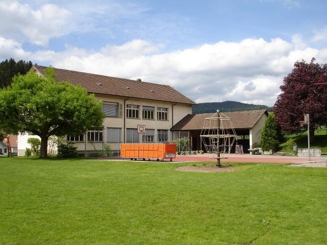 Im Schulhaus Enggistein werden auch künftig Primarschüler unterrichtet. (Bild: www.schulen-worb.ch)