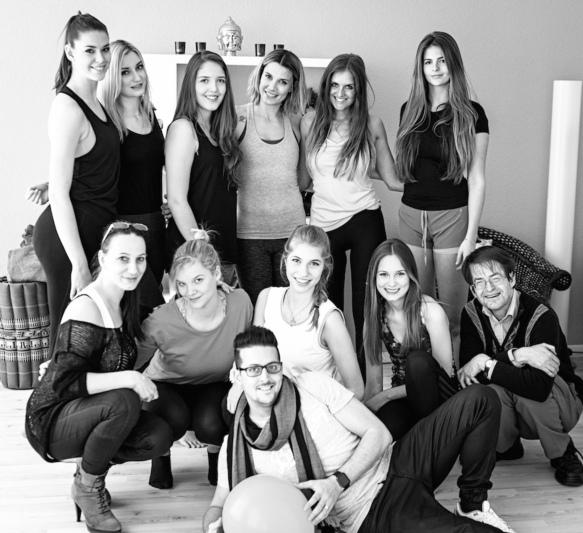 Die ganze Truppe: Die Models, das Team und der Fotograf (Céline Perret vordere Reihe Dritte v.l., Francesca Schär hintere Reihe Erste v.l., Mirjam Jäger hintere Reihe Vierte v.l.).
