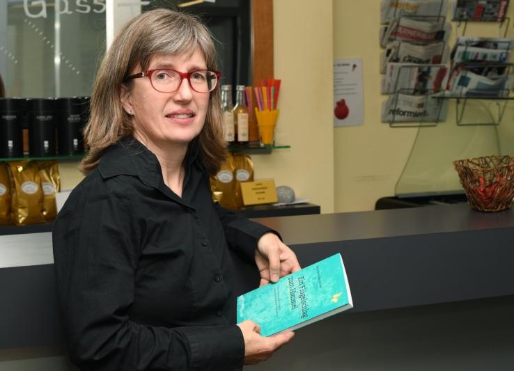 """""""Ich habe immer geschrieben"""": Im Worber Medien-Center hält Silvia Schneider nun ihre erste Buch-Vernissage. (Bild: Res Reinhard)"""