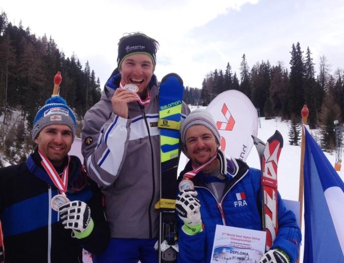 Philipp Steiner (Mitte) gewann die Super-Kombination vor dem Zweitplatzierten Christoph Lebelhuber (AUT, links) und Thomas Luxcey (FRA).