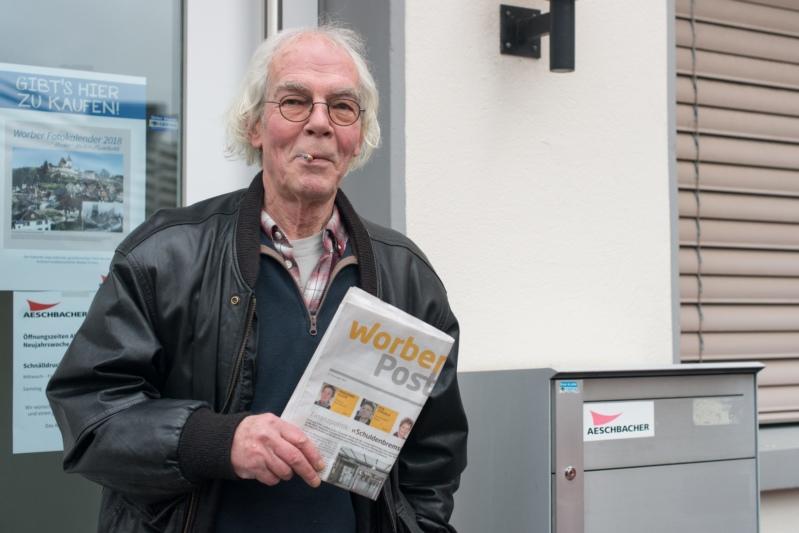 Martin Christen vor der Druckerei Aeschbacher, wo die Worber Post gedruckt wird. (Bild: Tobias Kühn)