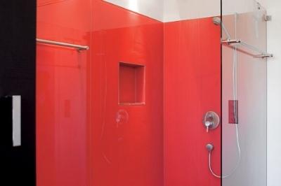 Mit den Wandverkleidungen SWISSDOUCHE CREATIVE bringen wir Leben und Farbe ins Bad. SWISSDOUCHE CREATIVE setzt gezielt farbige Akzente – in 18 verschiedenen Farbtönen.