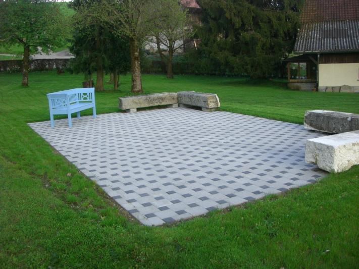 Gartensitzplatz mit grosser Rasenfläche zum Mitbenützen