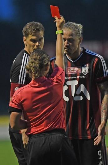 Sandro Christen erhält von Schiedsrichterin Simona Ghisletta die rote Karte gezeigt.