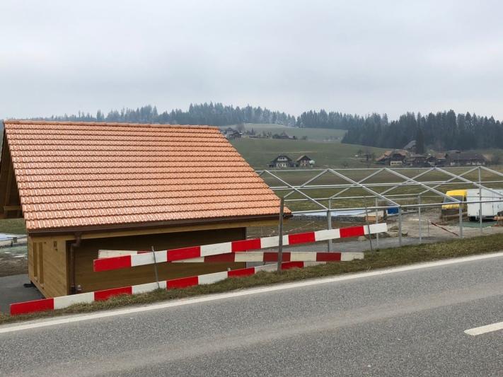 Neben dem Hornusserhaus der HG Biglen-Arni steht - noch ohne Blache - ein Zelt. (Bild: Res Reinhard)