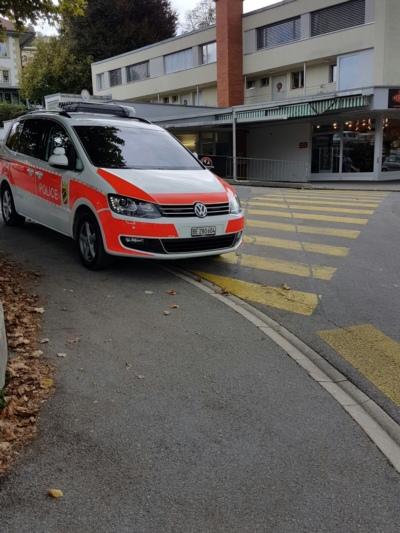 """Hier - zwischen Altersheim und Geschäft """"Mr. Feelgood"""" - war das Polizeiauto während der Kontrolle abgestellt. (Bilder: zvg)"""