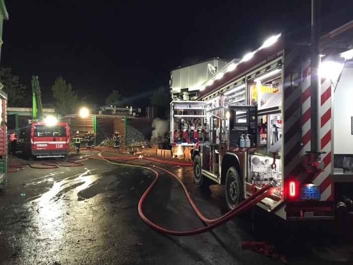 Die Feuerwehr Regio Gumm war mit allen neun Fahrzeugen, zwei Schlauchlegern und 56 Feuerwehrleuten ausgerückt. (Foto: Feuerwehr Regio Gumm / facebook.com)