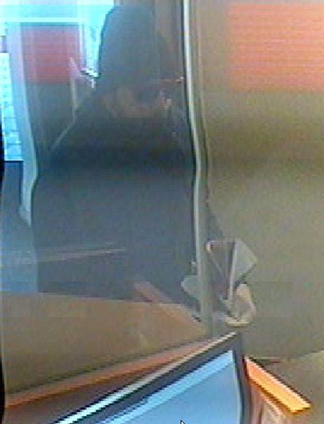 Zum Tatzeitpunkt trug der Täter ein blaues Einteilerkombi, eine schwarze Mütze und eine Sonnenbrille. (Foto: Kapo Bern)