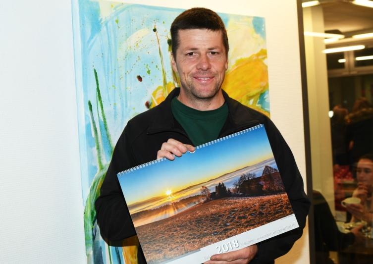 Bereits zum siebten Mal hat Niklaus Hofer die schönsten Landschaftsbilder in einem Kalender zusammengefasst. (Bild: Res Reinhard)