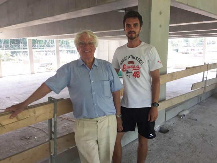 Philipp Glur (rechts) - hier diesen Juni mit Vater Hanspeter Glur im Rohbau der zur Arena gehörenden Einstellhalle - betreibt die Swiss Dog Arena hauptberuflich. (Bild: Res Reinhard / Archiv BERN-OST)