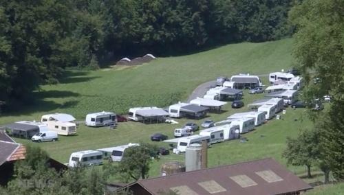 Mittlerweile stehen 36 Wohnwagen auf dem Landstück eines Bauern in Vechigen. (Bild: screenshot TeleBärn)