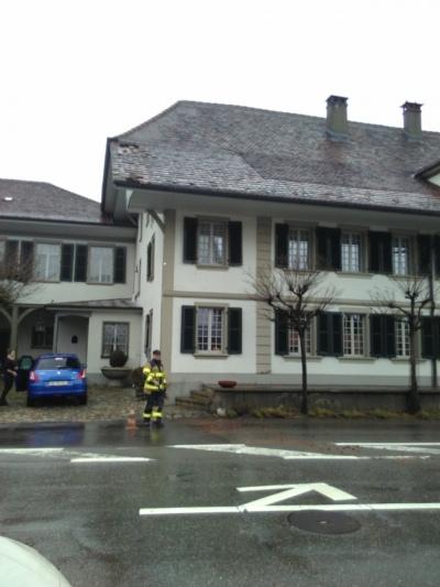 Abgedeckte Dächer: Vielerorts flogen Dachziegel davon, so auch vom Dach des Restaurants Löwen in Worb. (Bild: Isabelle Berger)