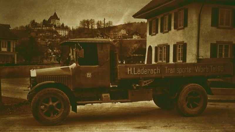 Lastwagen der 2017 mit dem Worber Wirtschaftspreis ausgezeichneten Worber Transportfirma Hans Läderach AG, im Jahr 1932 im Worber Dorfzentrum. (Foto: zvg)