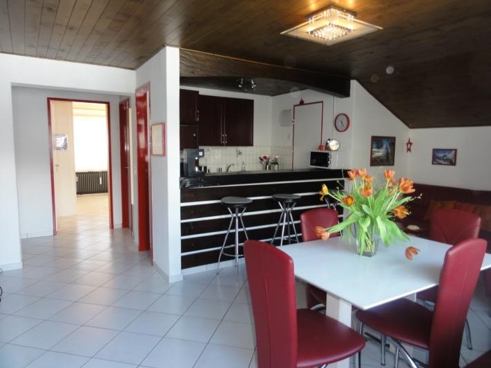 Wohnzimmer mit Gang und offene Küche