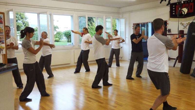 In den Kursen üben die Teilnehmer die verschiedenen WingTsun-Formen, ...