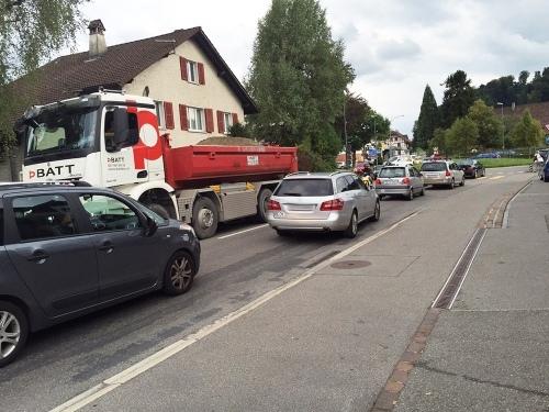 Die Worber Bahnhofstrasse um 17 Uhr: Die Strasse ist verstopft. Anwohner freuen sich auf die Umfahrung (Bild: Carla Reinhard).