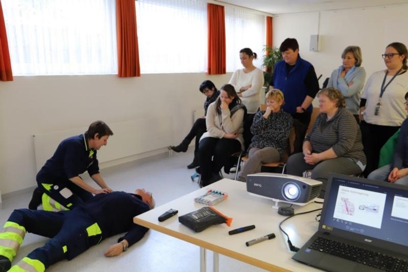 Britta Schüpbach zeigt am Vereinspräsidenten des Samaritervereins, Eduard Schaffer, die Handhabung zur stabilen Seitenlagerung. (Bilder: Willi Blaser)