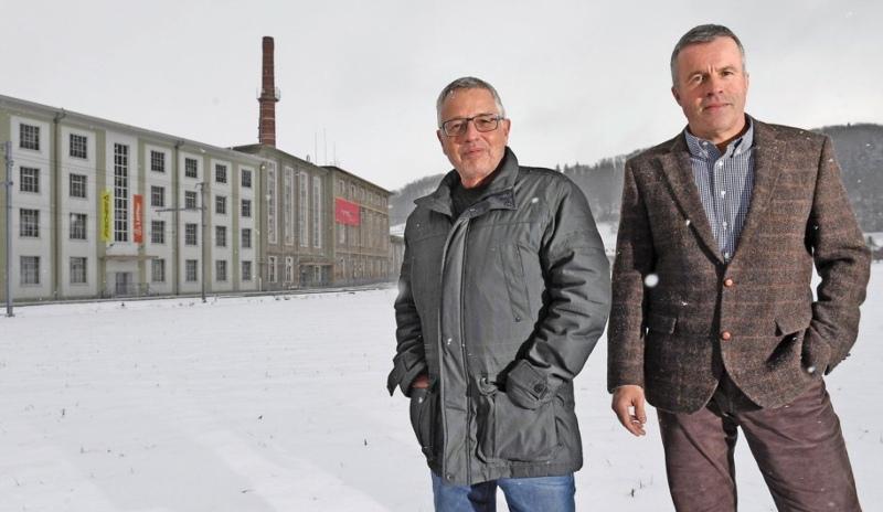 Ein zentrales Projekt für Stettlen: Bauverwalter Peter Masciadri (links) und Gemeindepräsident Lorenz Hess vor dem Bernapark. (Bild: Andreas Blatter)