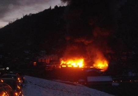 Gewaltige Flammen, riesige Rauchwolke: Das brennende Schreinerei-Gebäude in Oberdiessbach. (Bild: zvg)